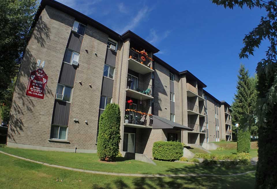 Oxford Residence front entrance - Affordable Rents in Lennoxville, Sherbrooke Spacious & clean apartments