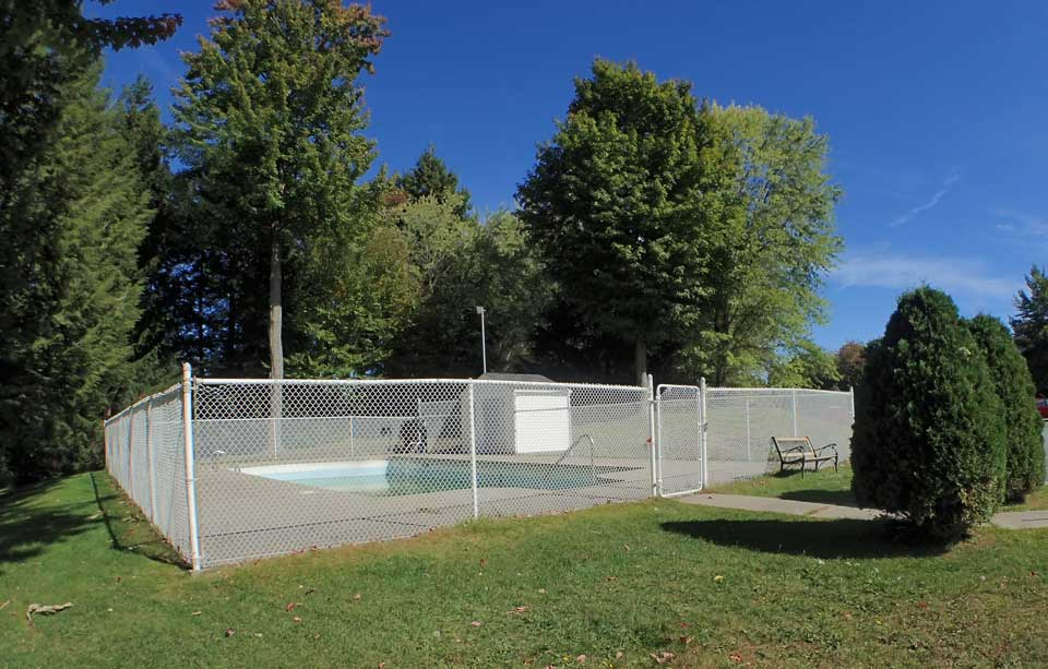 Pool - Oxford Residence - Affordable Rents in Lennoxville, Sherbrooke Spacious & clean apartments